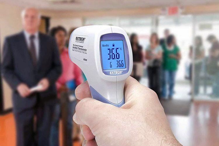 Toma de temperatura con termómetro infrarrojo